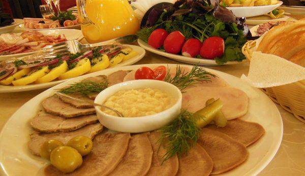 посетители могут попеть в караоке и вкусно поужинать