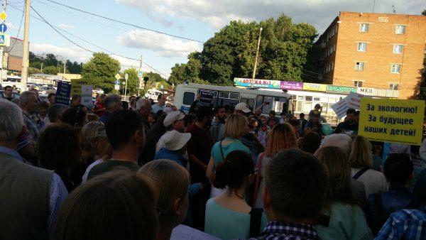 Народ собрался высказать своё мнение относительно строительства мусоросжигательного завода возле деревни Хметьево